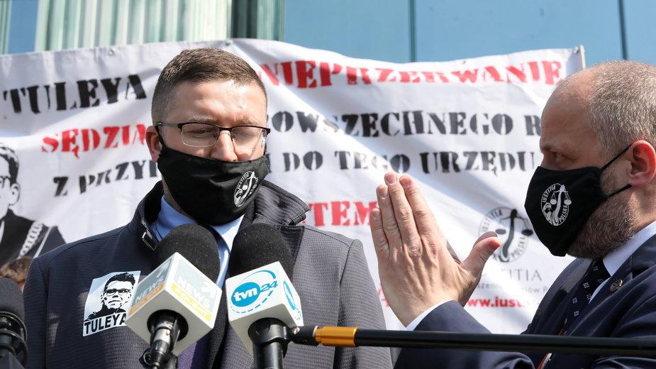Paweł Juszczyszyn na wiecu solidarności z sędzią Tuleyą, 21.04.2021