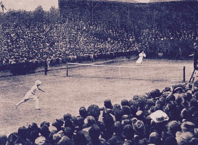 Suzan Lenglen (levo) i  Lamber Čejmbers u finalu Vimbldona 1919. godine