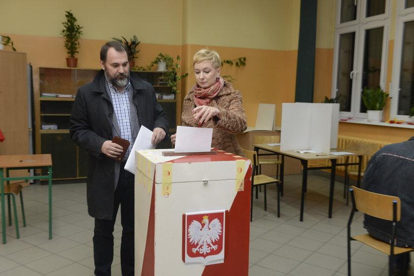 Mirosława Stachowiak-Różecka (41 l.) z mężem Radosławem (45 l.) podczas niedzielnych wyborów samorządowych we Wrocławiu