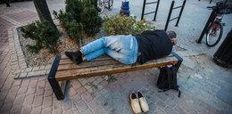 Zasnął na ławce. Zapłaci 30 tysięcy?