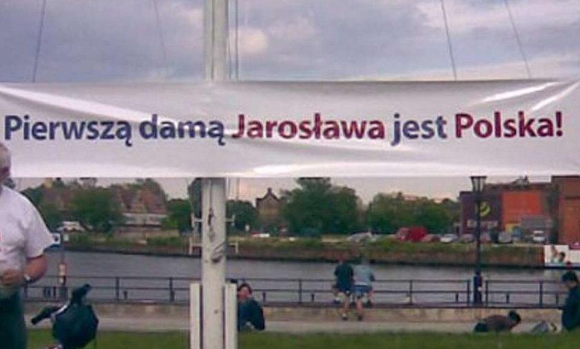 Zaskakujący transparent: Pierwszą damą Jarosława jest...