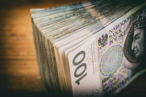 Komisja Europejska 30 czerwca ub.r. zadecydowała, że podatek narusza unijne zasady dopuszczalnej pomocy państwa, promując przedsiębiorstwa o niższych obrotach i dając im pewną przewagę nad konkurentami.