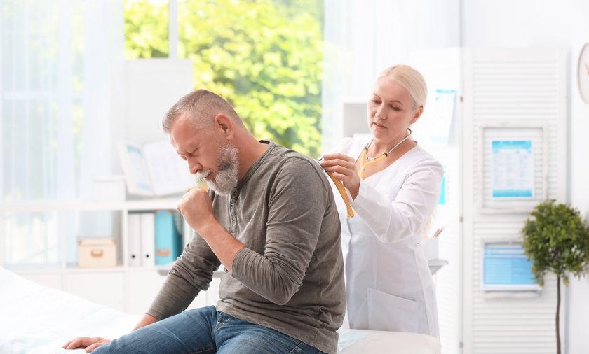 Astma burzowa to nie mit. Silny wiatr, deszcz i trzaskające pioruny mogą rozbijać pyłki roślin na mniejsze cząsteczki, powodując zaostrzenie się ataków choroby.