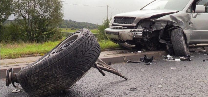 Kierowca wpadł w poślizg i uderzył w dwa jadące samochody. Wszystko się nagrało (FILM)