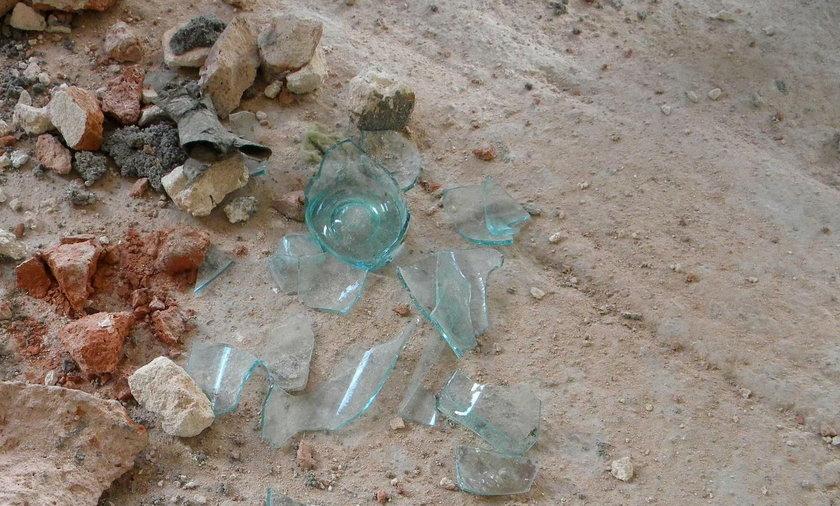 Zdenerwowały ją dzieci, więc rzuciła w nie szklanką butelką