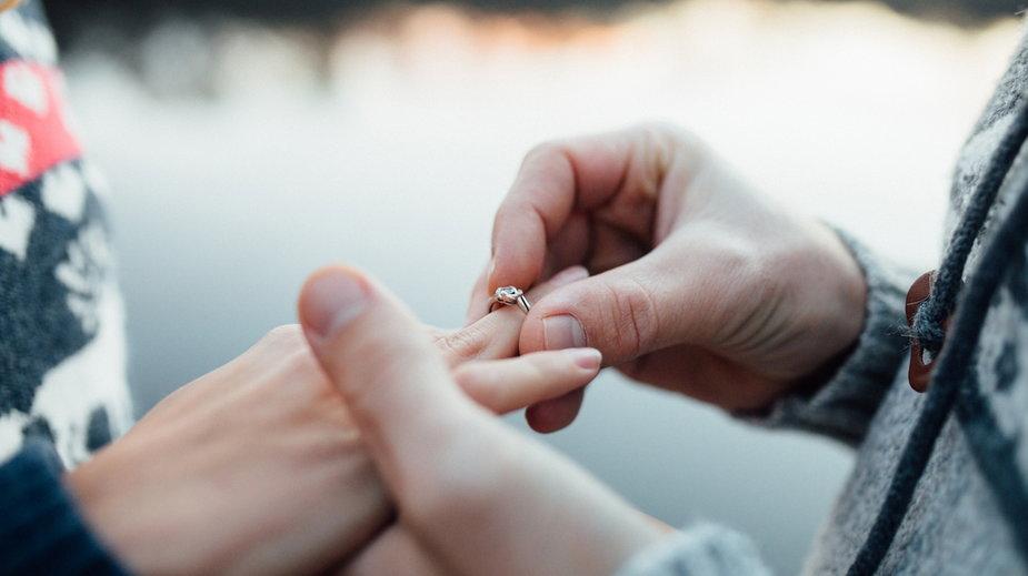 Czy na pierścionek zaręczynowy trzeba wydać trzy wypłaty?