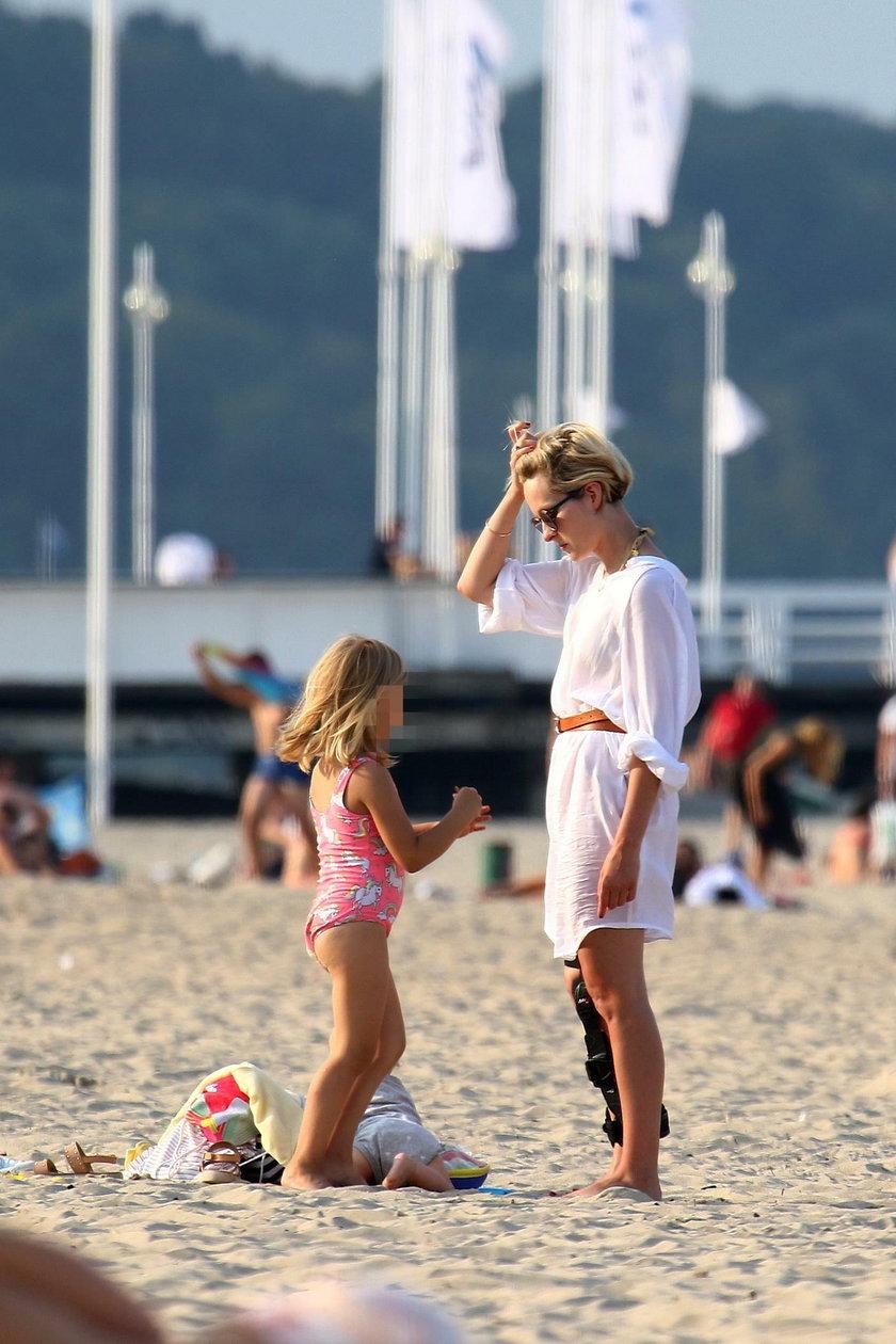 Marieta Żukowska z córką nad morzem