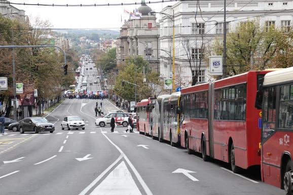 Stoje trolejbusi i autobusi u Kneza Miloša