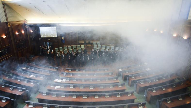 Od rana w okolicach parlamentu zgromadzono znaczne siły policyjne, pojawili się też żołnierze KFOR. W samym budynku rozlokowano policjantów po cywilnemu. Mimo to, deputowanym opozycji udało się wnieść i rozpylić gaz łzawiący w sali posiedzeń
