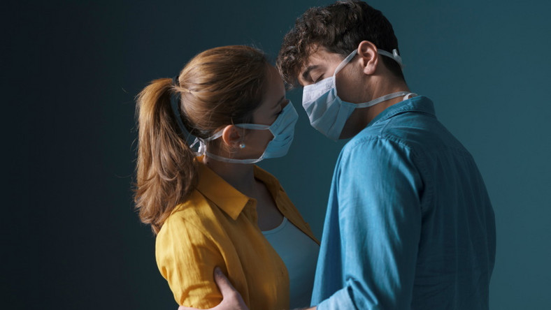 Pocałunek w maseczkach ochronnych