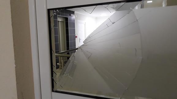 Polomljeno i staklo na vratima od hodnika zgrade