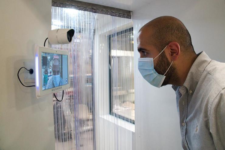 radnik merenje temperature foto Tanjug AP
