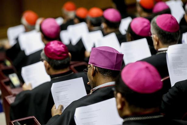 Uczestnicy synodu biskupów na temat młodzieży.