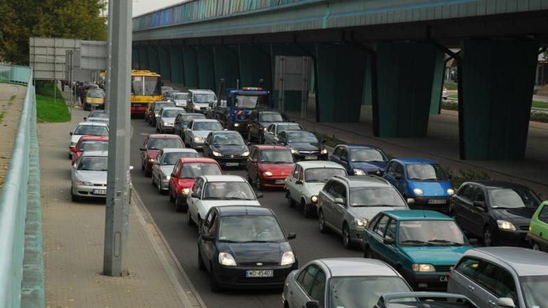 Korki na ulicach polskich miast nie malają