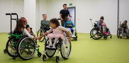 Bliźniaczki uczą się tańczyć na wózkach
