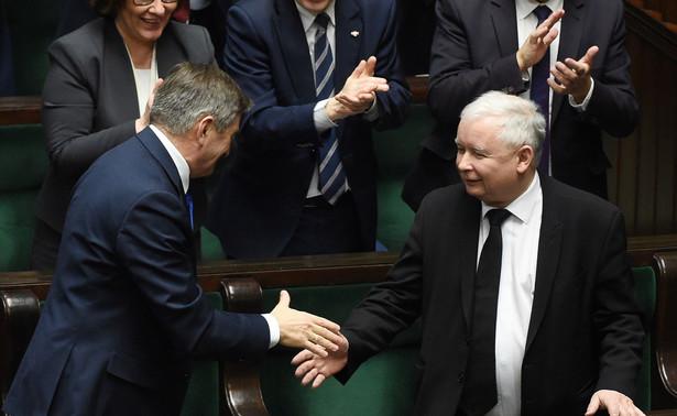 Marek Kuchciński i Jarosław Kaczyński podają sobie dłonie