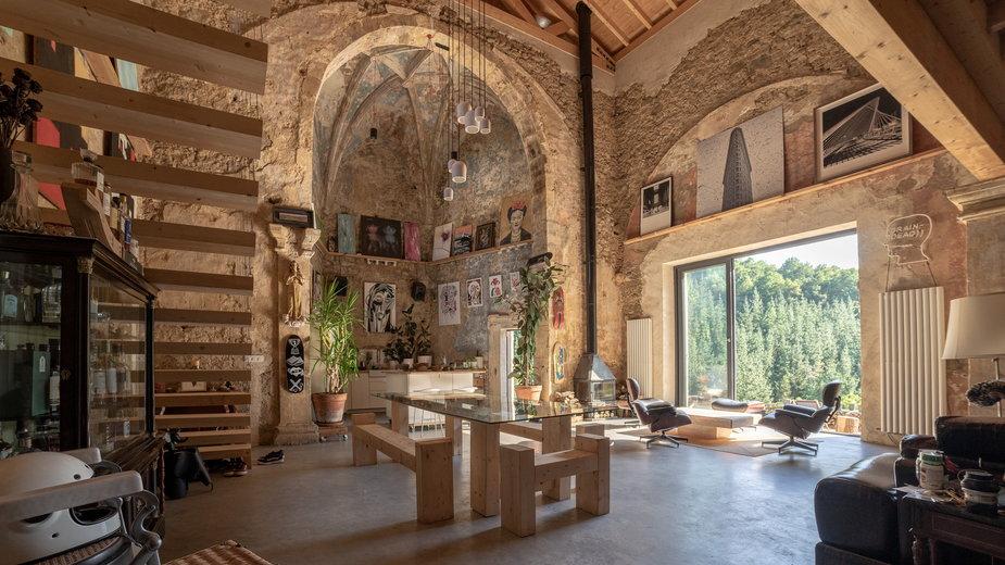Kupił zrujnowany kościół i zmienił go w swój dom