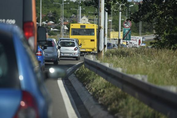 Kolona sa autoputa za skretanje ka autobuskoj stanici