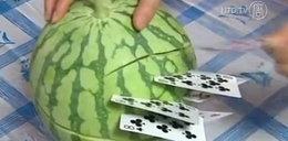 Chińczyk rzuca kartami w arbuza