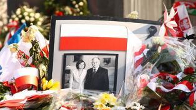 Znicze i kwiaty pod Pałacem Prezydenckim