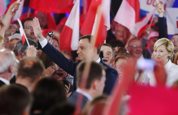 """Andrzej Duda z żoną Agatą Kornhauser-Dudą podczas konwencji wyborczej pt. """"Dobra zmiana"""" w Warszawie"""
