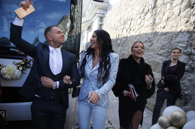Anastasija Ražnatović sa prijetljem i frizerom Stevanom Radivojević ispred kuće u Beogradu