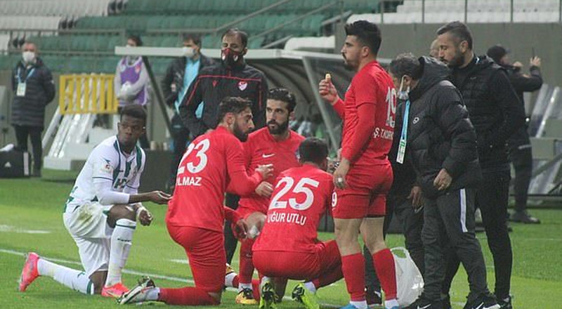 Players break their Ramadan fast during a game in Turkey