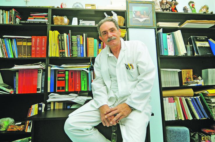 novi sad 373 Doktor Goran Seničar internista i svira kontrabas foto Robert Getel