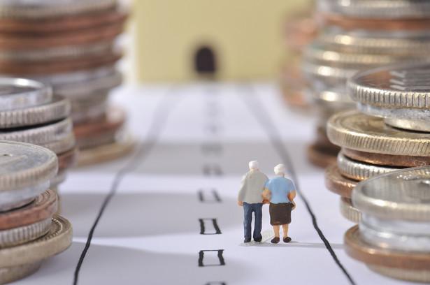 Emeryci z małą waloryzacją, ale z jednorazowym dodatkiem Wszystkie świadczenia emerytalno-rentowe podlegają waloryzacji od dnia 1 marca każdego roku. W tym roku rząd zdecydował się na przywrócenie waloryzacji procentowej, zgodnie z którą wskaźnikiem waloryzacji jest średnioroczny wskaźnik cen towarów i usług konsumpcyjnych w poprzednim roku kalendarzowym zwiększony o co najmniej 20 proc. realnego wzrostu przeciętnego wynagrodzenia w 2015 r. Niska inflacja i utrzymująca się deflacja sprawiają jednak, że waloryzacja będzie symboliczna, a emerytury wzrosną zaledwie o 0,3 proc. W efekcie osoba ze świadczeniem w wysokości 1 ts. zł. otrzyma 3 zł podwyżki. Szczegółów dowiesz się tutaj: Groszowa waloryzacja - w 2016 r. wzrost rent i emerytur oparty na inflacji>> W ramach rekompensaty rząd wypłaci najbiedniejszym emerytom jednorazowy dodatek. Ustawa przeszła już przez Sejm, teraz trafi do Senatu>> Dodatek - oprócz emerytów i rencistów - otrzymają osoby pobierające świadczenia przedemerytalne, zasiłki przedemerytalne, emerytury pomostowe albo nauczycielskie świadczenia kompensacyjne - pod warunkiem, że pobierane świadczenie nie jest wyższe miesięcznie niż 2 tys. zł. Wysokość wsparcia będzie uzależniona od wysokości pobieranych świadczeń i wynosić: - 400 zł – dla świadczeń w wysokości do 900 zł; - 300 zł – dla świadczeń w wysokości powyżej 900 do 1 100 zł; - 200 zł – dla świadczeń w wysokości powyżej 1 100 do 1 500 zł; - 50 zł – dla świadczeń w wysokości powyżej 1 500 do 2 000 zł. Przy czym świadczeniobiorcy otrzymają pełne kwoty, bowiem dodatki będą zwolnione z PIT. Więcej na ten temat przeczytasz tutaj>> Ustawa ma wejść w życie 1 marca 2016 roku.