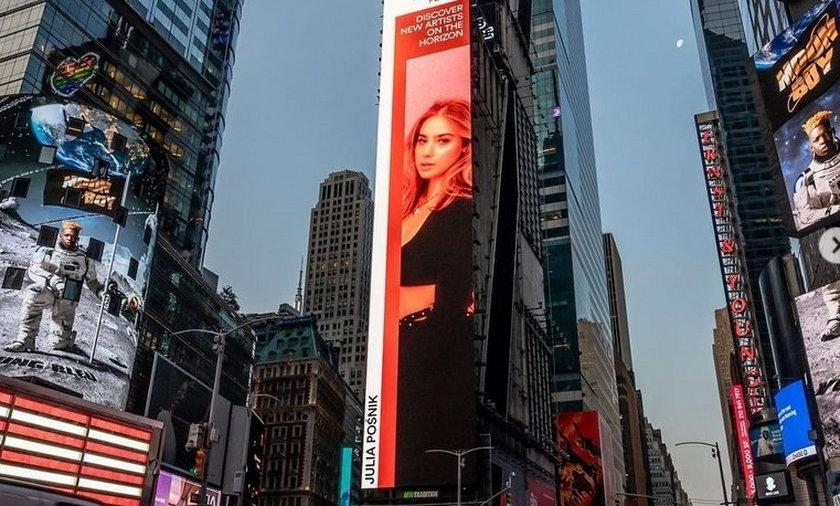 Sukces polskiej piosenkarki! 21-letnia Julia Pośnik na billboardzie na nowojorskim Times Square.