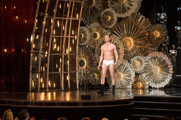 """Tegoroczną galę rozdania Oscarów prowadził Neil Patrick Harris. Zapamiętany zostanie głównie dzięki temu, że na scenie pojawił się w samej bieliźnie. Było to nawiązanie do jednej ze scen filmu """"Birdman"""", w której Michael Keaton, niemal zupełnie rozebrany, biega po Times Square."""