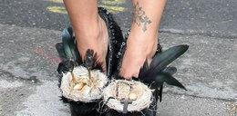 Oto najgłupsze buty świata. Nosi je...