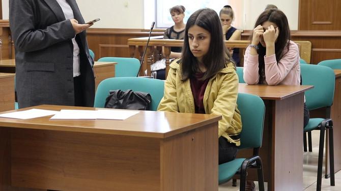 Angelina(u prvom redu) i Kristina jula 2019. u  sudu u Moskvi