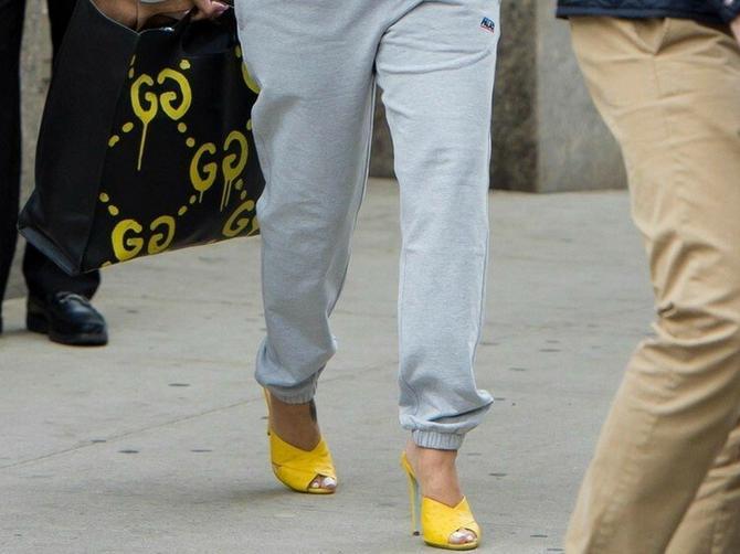 Dok ceo svet bruji o njenoj trudnoći sa milijarderom, ona šeta ulicom OVAKO OBUČENA: Gornji deo slike još više ZBUNJUJE