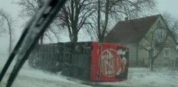Wiatr przewrócił autobus z Zakopanego do Warszawy