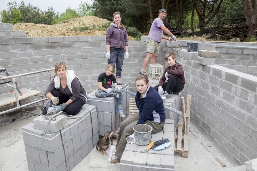 Rodzina Wręczyckich na budowie