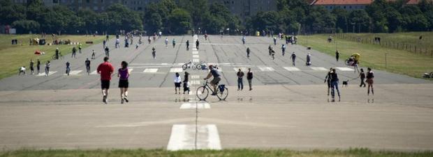 Berlin, ludzie na zamkniętym lotnisku Tempelhof