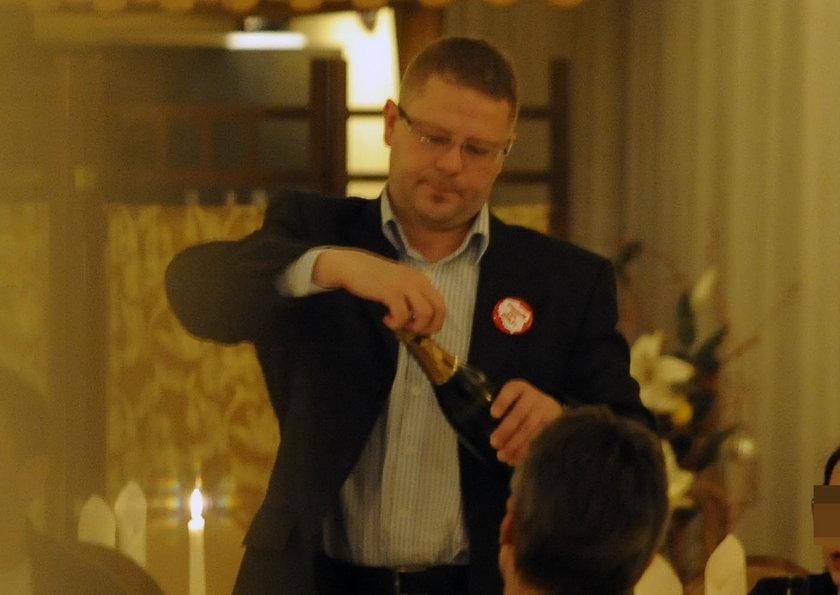 Gen. Tomasz Połeć otwiera szampana