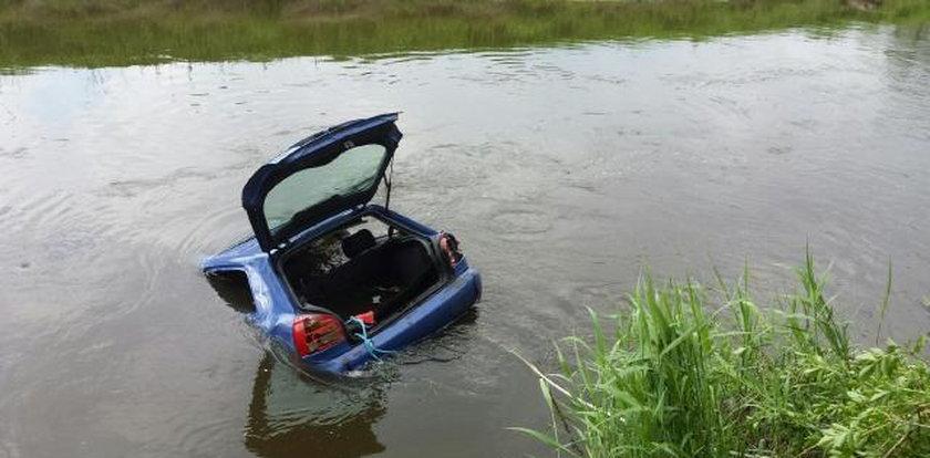 Auto wpadło do rzeki. Jechał nim ojciec z dziećmi!