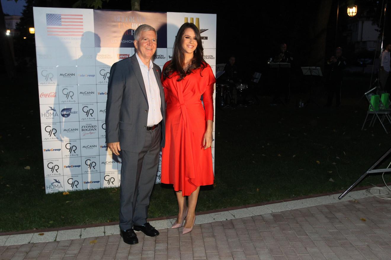 Tamara Vučić zablistala u crvenoj haljini, pa zaplesala sa ...