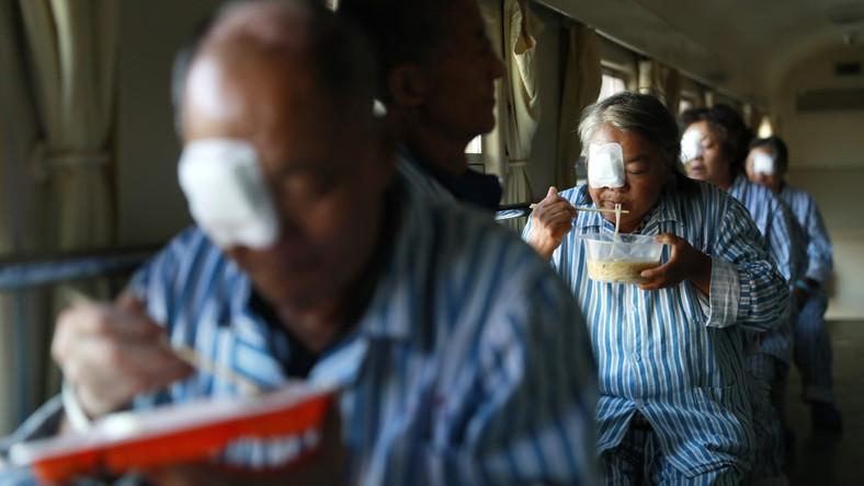 Mieszkańcy miasta Baishan w prowinicji Jilin w południowo-wschodnich Chinach, pacjenci szpitala Lifeline Express, jedzą obiad, wszyscy po zabiegu usunięcia zaćmy