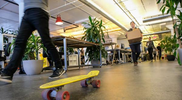 Start-upy są gloryfikowane jako wymarzone środowisko pracy. Na zdjęciu biuro coworkingowe dla start-upów w Montrealu, Kanada