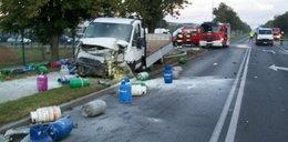 Butle z gazem rozsypane na drodze