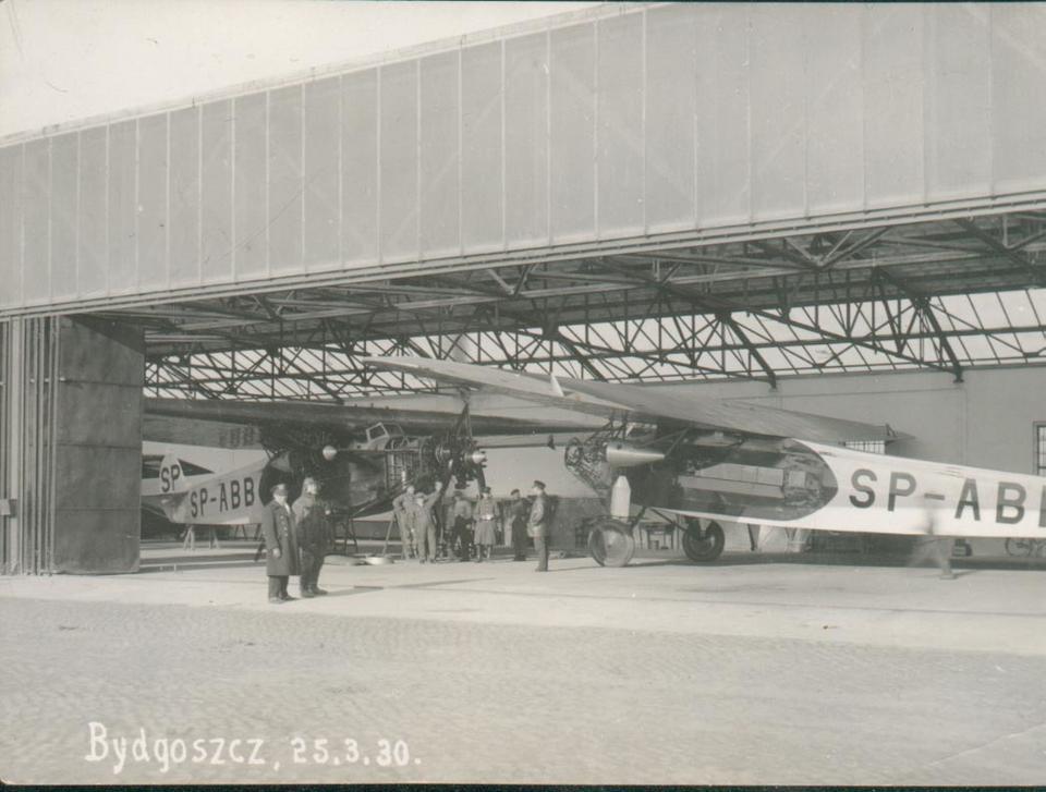 Dwa Fokkery F-VII na lotnisku w Bydgoszczy, 1930 rok