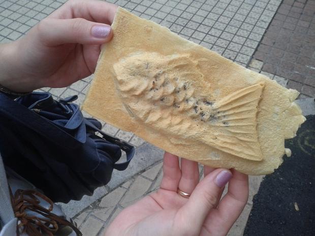 Taiyaki - rybka z ciasta z nadzieniem ze słodkiej fasoli, świeżo wypieczona w ulicznej budce