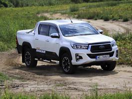 Toyota Hilux – niewygodna, ciasna, niepraktyczna, średnio sięprowadzi. To dlaczego chcęją mieć?