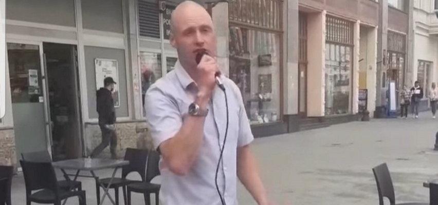 Syn Krzysztofa Krawczyka wyszedł na ulicę Łodzi. Śpiewał dla przechodniów hity swojego taty