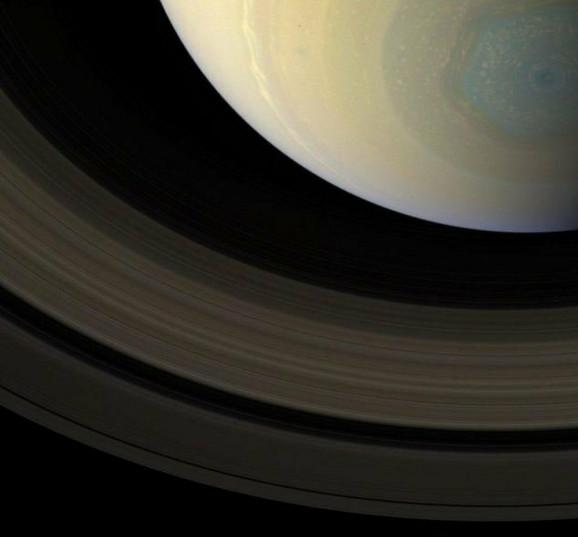 Severni šestougao Saturna u svojim pravim bojama na snimku letelice Kasini