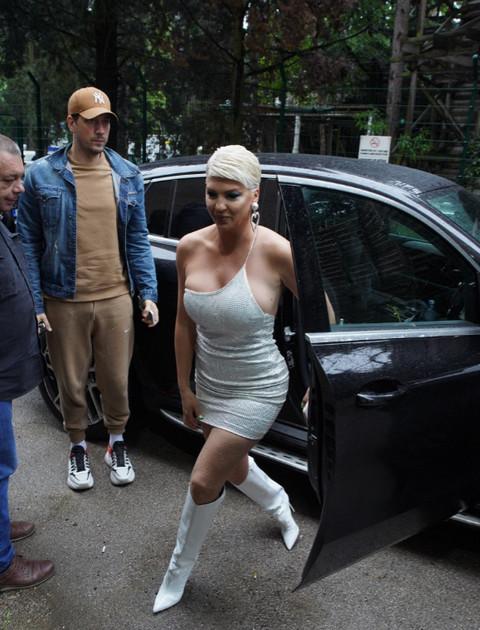 Problemi zbog haljine: Karleuša ovo neprestano radila, jedva izašla iz kola!