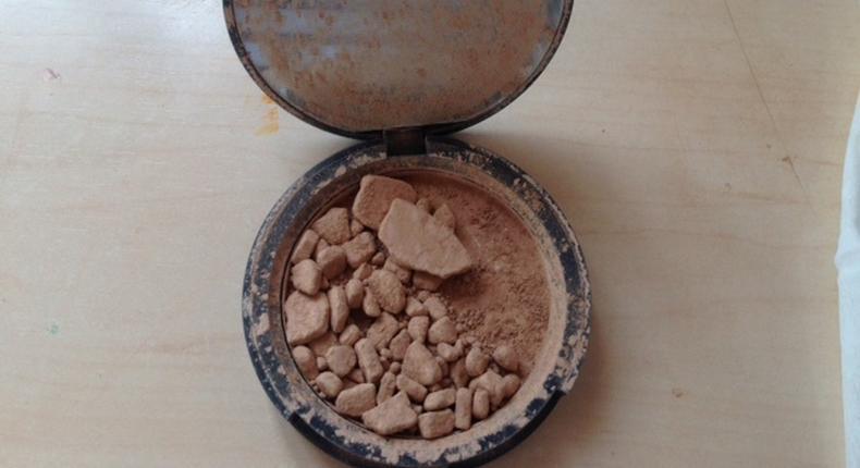 Broken powder (Girl versus makeup)